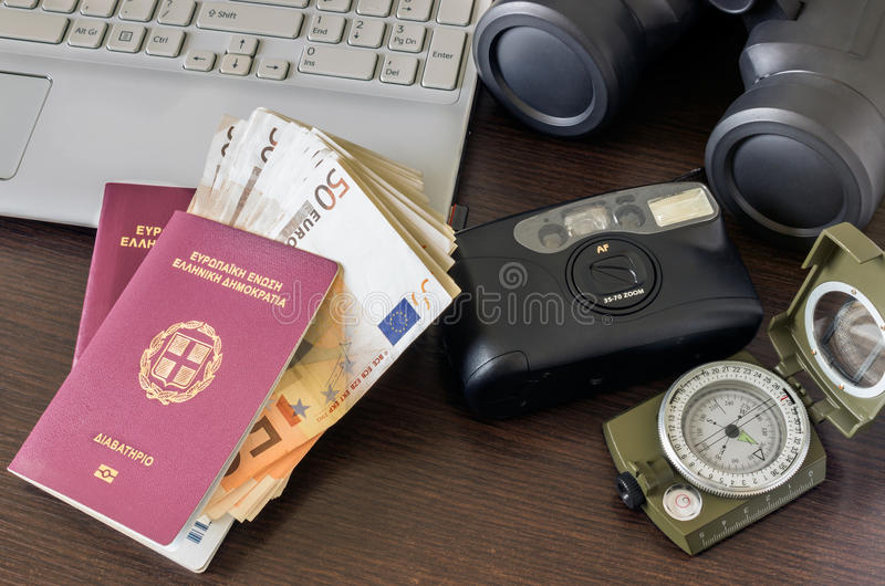 2 пасспорта, камера, компьютер и деньги Концепция - prepara стоковая фотография rf