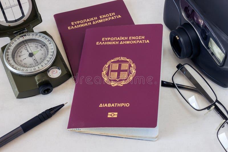 2 пасспорта, стекла и камера Концепция - подготовка для t стоковое изображение rf