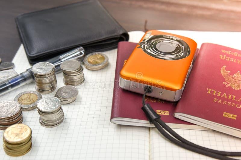 2 пасспорта Таиланда с цифровой фотокамера чеканят деньги и книгу t стоковое фото