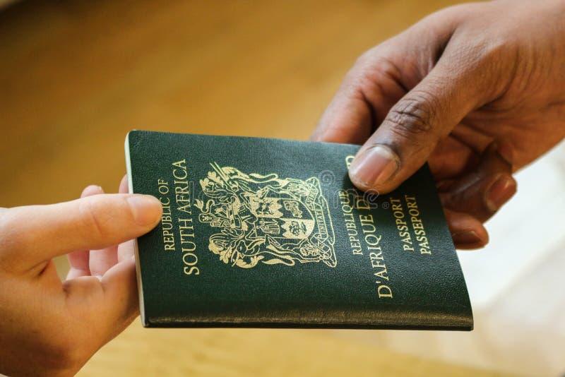 Пасспорт вручая задней части офицера ВИЗЫ стоковое изображение rf