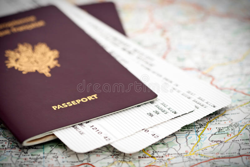 Пасспорт и билеты на карте стоковое фото rf