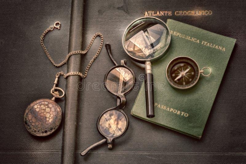 Пасспорт, компас вахта, стекла и увеличитель на винтажном географическом атласе для перемещения и приключения в мир иллюстрация штока