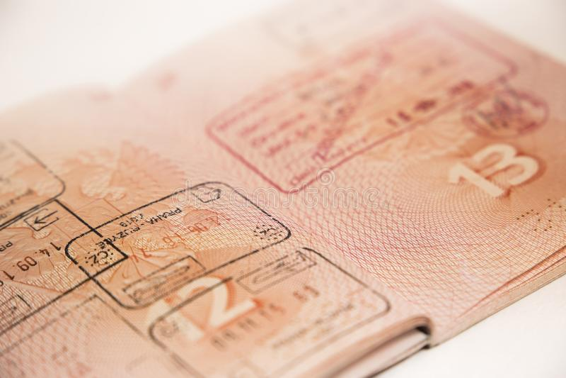 Пасспорт с перекрестными штемпелем и визой границы стоковая фотография