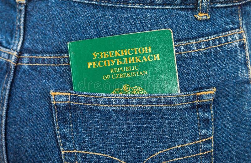 Download Пасспорт Узбекистана в карманн джинсов Стоковое Изображение - изображение насчитывающей одиночно, путешественник: 33731331