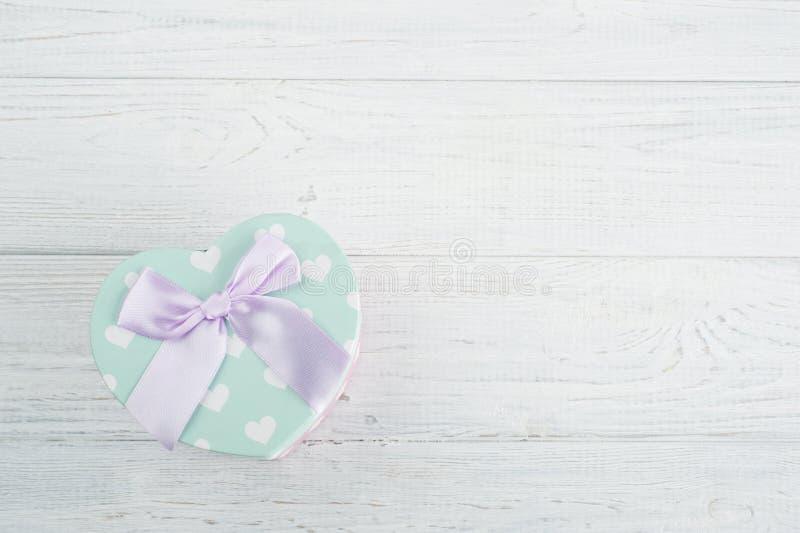 Пастельная зеленая подарочная коробка и розовый смычок стоковая фотография