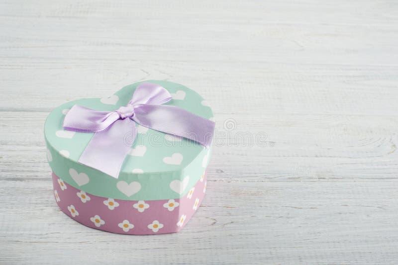 Пастельная зеленая подарочная коробка и розовый смычок стоковые изображения