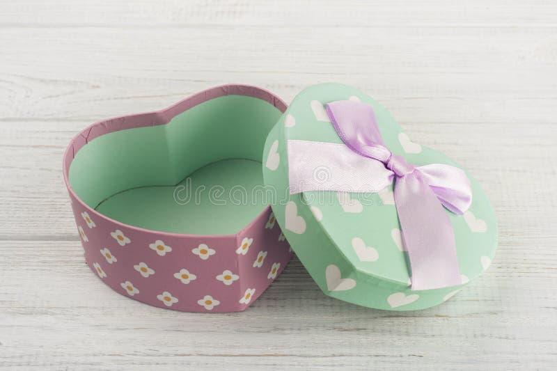 Пастельная зеленая подарочная коробка и розовый смычок стоковое изображение rf
