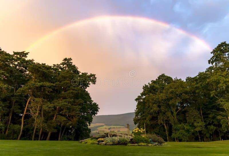 Пастельная радуга над долиной стоковые фотографии rf