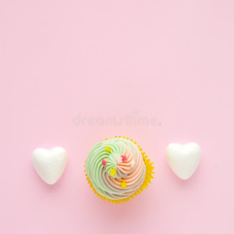 Пастельное пирожное и белые сердца на розовой предпосылке с курортом экземпляра стоковая фотография