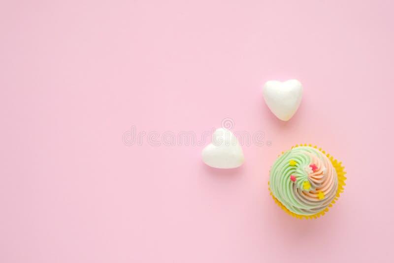 Пастельное пирожное и белые сердца на розовой предпосылке с курортом экземпляра стоковое изображение rf