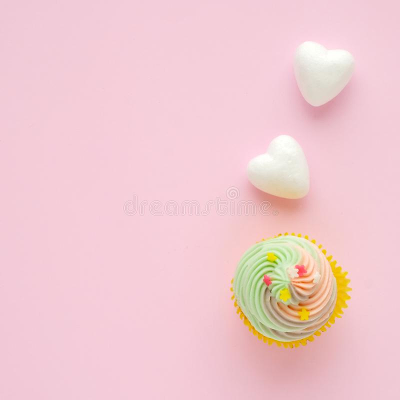 Пастельное пирожное и белые сердца на розовой предпосылке с курортом экземпляра стоковая фотография rf
