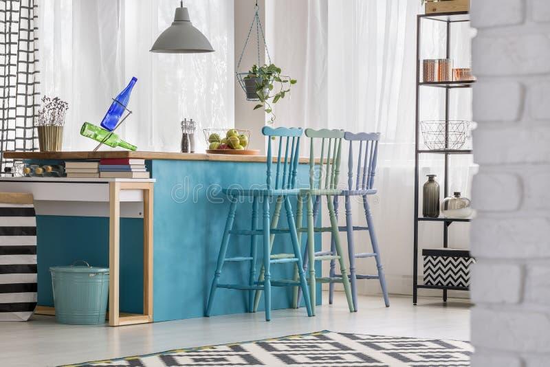 Пастельные barstools в красочной кухне стоковая фотография rf