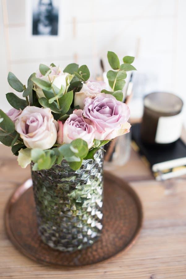 Пастельные розы лета фиолетового, mauve цвета свежие в вазе в cl подноса стоковые фото