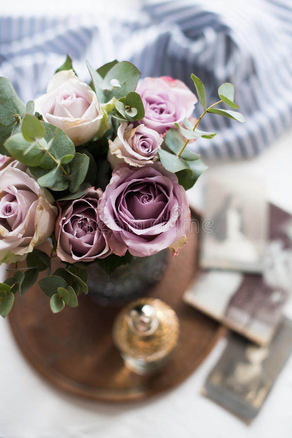 Пастельные розы лета фиолетового, mauve цвета свежие в вазе в cl подноса стоковая фотография