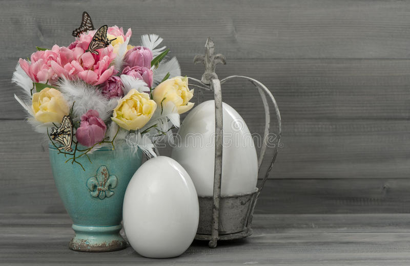 Пастельные цветки тюльпана с винтажными пасхальными яйцами стоковые фотографии rf