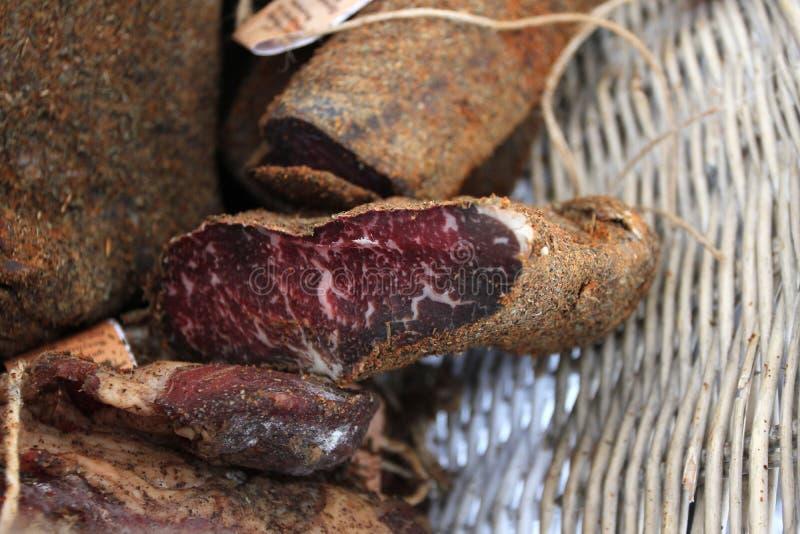 Пастрома или pastramy сильно закалённая копченая говядина, типично, который служат в тонких кусках Pastterma деликатес говядины,  стоковое изображение rf
