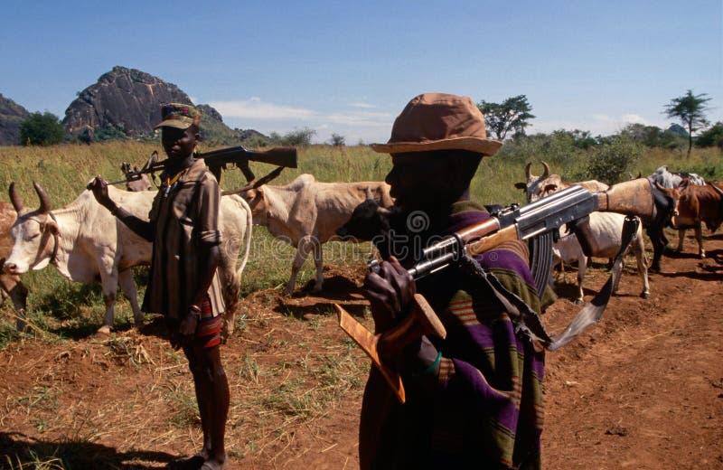 Пастухи скотин Karamojong с пушками, Угандой стоковое фото rf