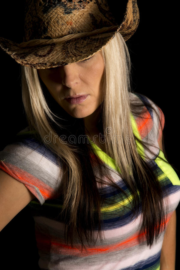 Пастушка на спрятанных глазах рубашки черной предпосылки красочных стоковые изображения