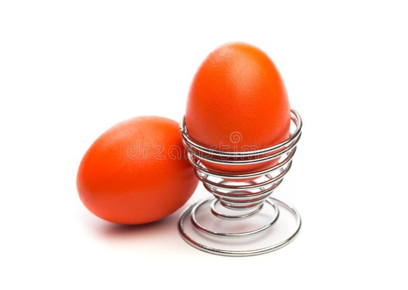 Пасхальное яйцо в изолированной стойке яйца стоковые изображения