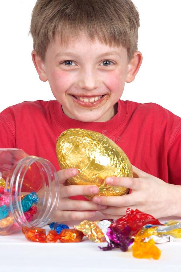 пасхальное яйцо мальчика счастливое стоковые изображения rf