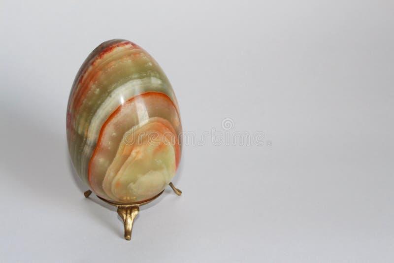 Пасхальное яйцо от камня оникса стоковые фото