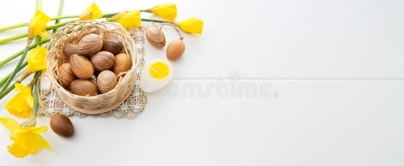 Пасхальные яйца Брайна в корзине и желтых daffodils стоковое изображение rf