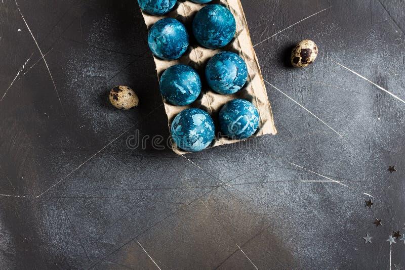 Пасхальные яйца в упаковке картона покрашенной вручную в голубом цвете стоковые изображения rf