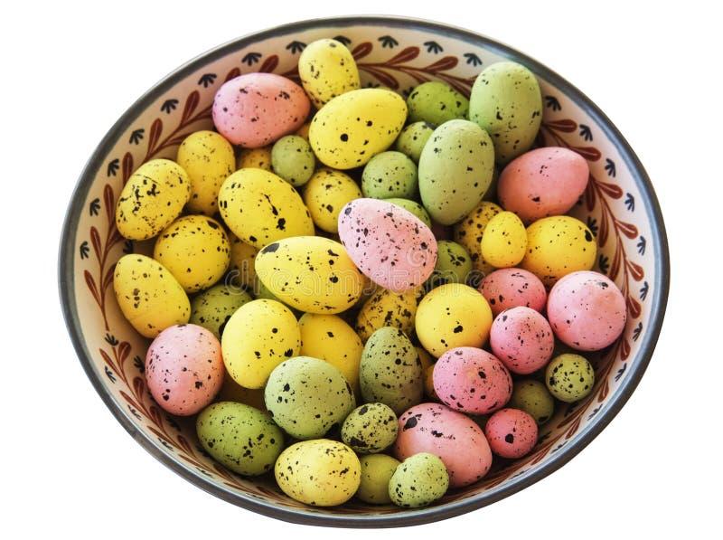 Пасхальные яйца в handmade керамическом блюде дальше вверх стоковые фото