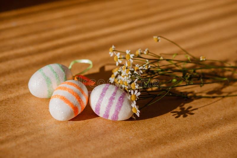 Пасхальные яйца в sequins и маргаритке стоковое фото rf