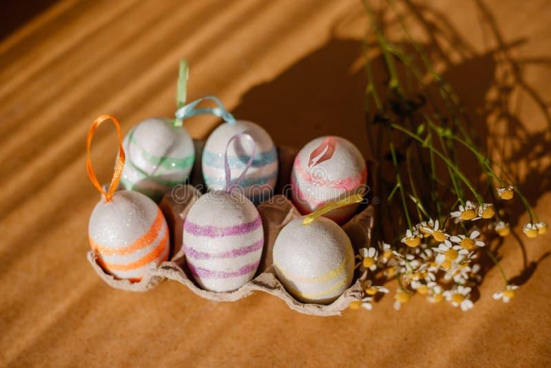 Пасхальные яйца в sequins и маргаритке стоковое фото