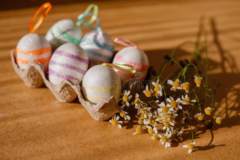 Пасхальные яйца в sequins и маргаритке стоковые фото