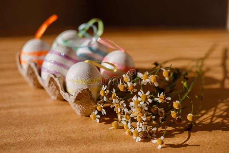Пасхальные яйца в sequins и маргаритке стоковая фотография