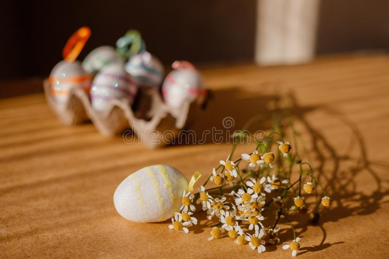 Пасхальные яйца в sequins и маргаритке стоковые фотографии rf