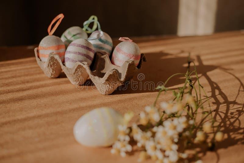 Пасхальные яйца в sequins и маргаритке стоковые изображения