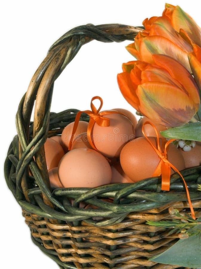 пасхальные яйца корзины стоковое изображение rf