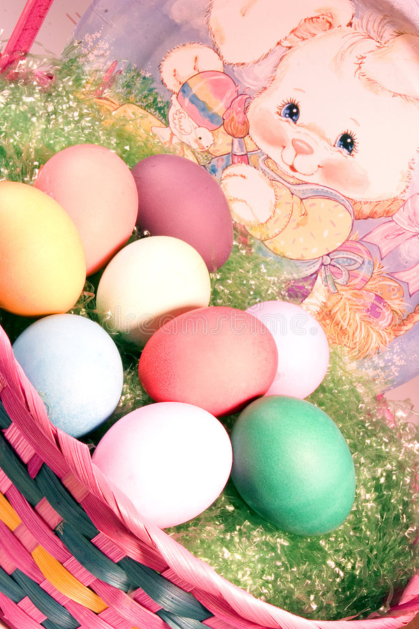 пасхальные яйца корзины стоковые изображения rf