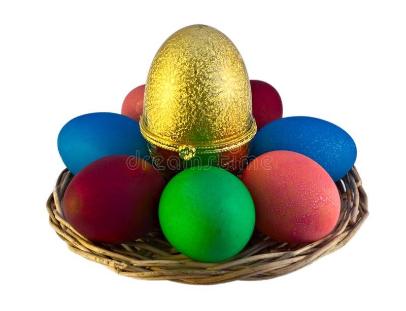 пасхальные яйца над wicker белизны плиты стоковое фото rf