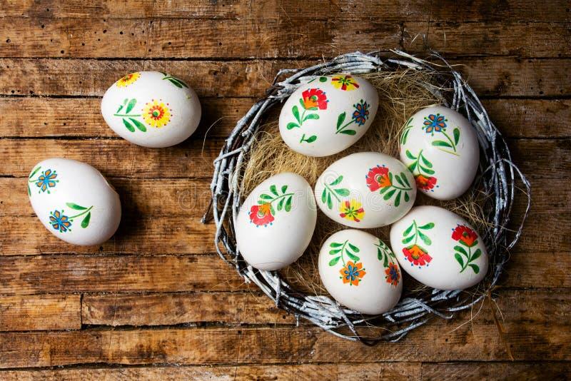 Пасхальные яйца на взгляде столешницы стоковые изображения rf