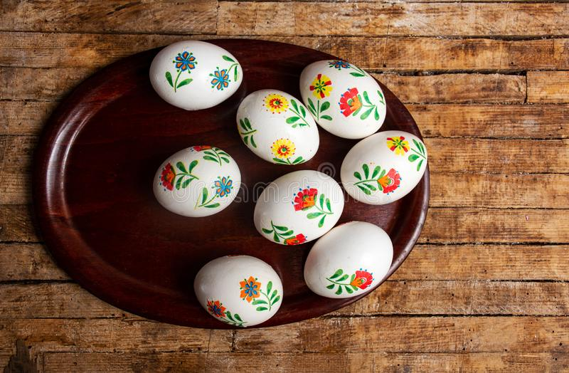 Пасхальные яйца на взгляде столешницы стоковые изображения