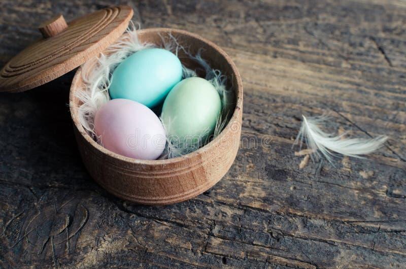 Пасхальные яйца на деревянной предпосылке стоковое изображение rf