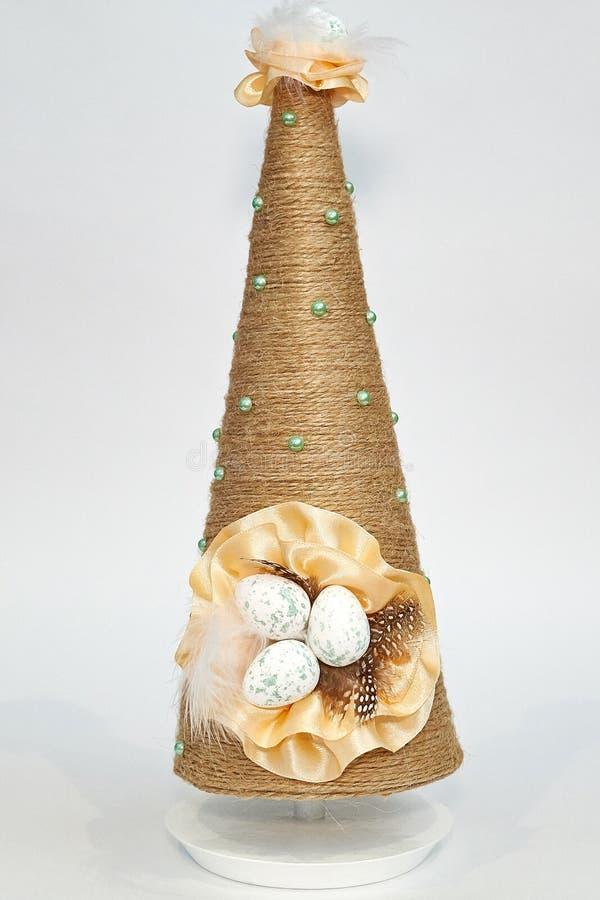 Пасхальные яйца на пирамиде ручной работы стоковое изображение