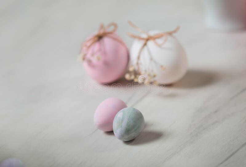 Пасхальные яйца на таблице Pysanka стоковые изображения rf