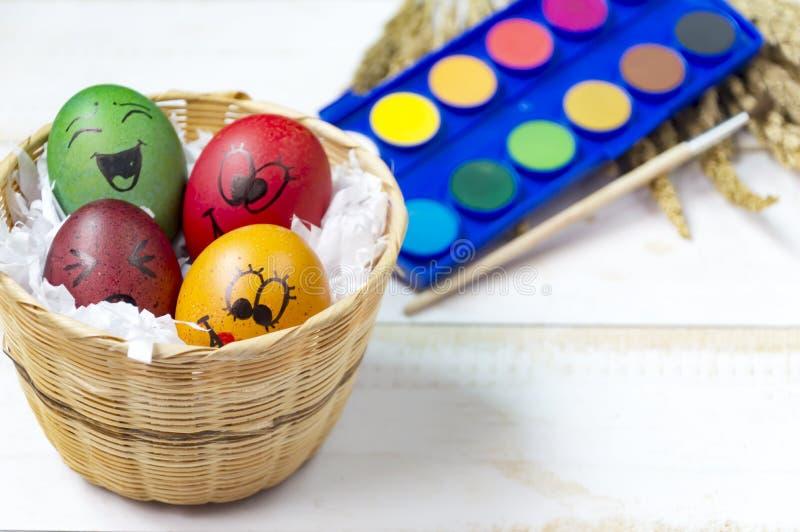 Пасхальные яйца покрашенные на белой деревянной предпосылке стоковое изображение rf
