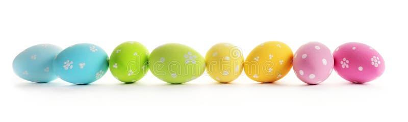 пасхальные яйца предпосылки цветастые изолировали белизну стоковые фотографии rf