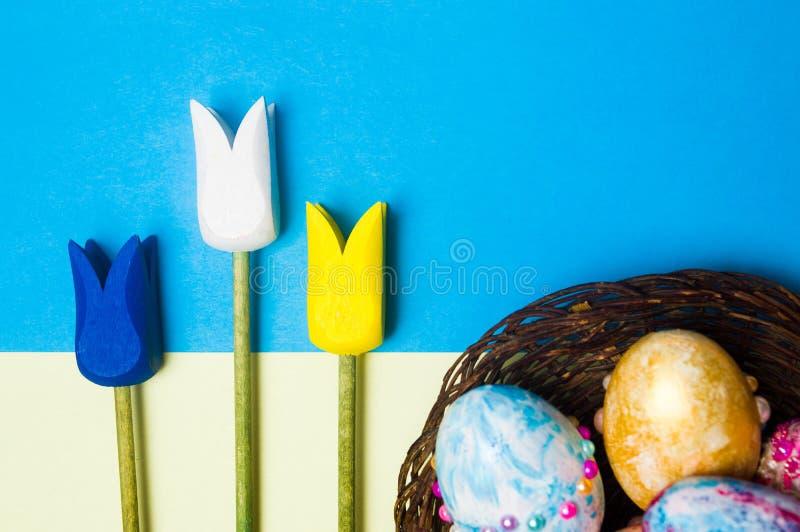 Пасхальные яйца с деревянным украшением тюльпанов стоковое фото