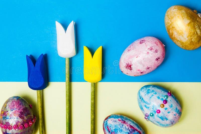 Пасхальные яйца с деревянным украшением тюльпанов стоковое фото rf