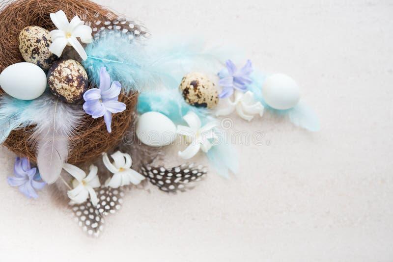 Пасхальные яйца с цветками и пер стоковая фотография rf