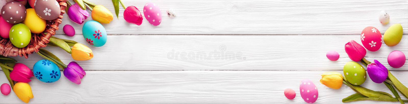 Пасхальные яйца с цветками стоковое фото rf