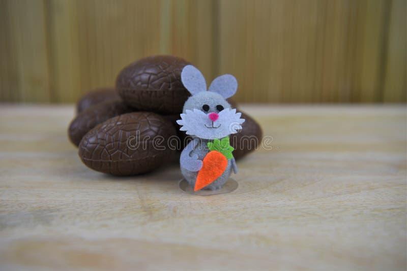 Пасхальные яйца шоколада с малым счастливым украшением кролика зайчика стоковые фотографии rf