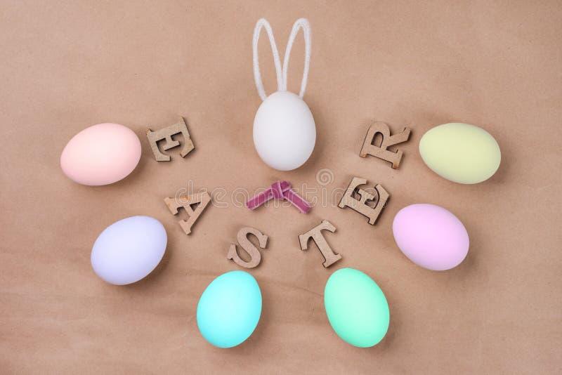 Пасха бумага ремесла предпосылки, белые яичка, слово ПАСХА яичко в форме кролика стоковое изображение